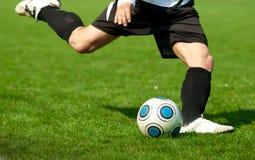 Fußball, der geht zu schießen Lizenzfreie Stockfotografie