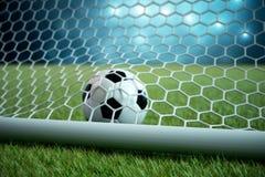 Fußball der Wiedergabe 3d im Ziel Fußball im Netz mit hellem Hintergrund des Scheinwerfers und des Stadions, Erfolgskonzept Stockbild