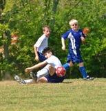 Fußball des Jungen 12-14 Jahre alt Stockbild