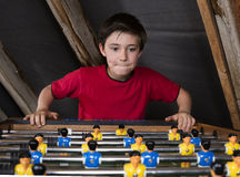 Fußball des Jungen bei Tisch Lizenzfreie Stockfotografie