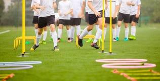 Fußball-Fähigkeits-Schulungseinheit Spieler, die auf dem Feld ausbilden Lizenzfreie Stockbilder