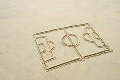 Fußball-Fußball-Teilkreis-Federzeichnung im Sand Stockbilder