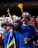 Fußball-Gebläse brennt auf Vuvuzela Hupe durch Stockfoto