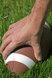 Fußball im Gras Stockfotos