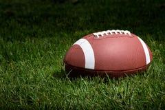 Fußball im Scheinwerfer Stockfotos