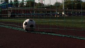 Fußball im Tor auf Spielplatz des grünen Grases stock footage