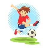 Fußball-Junge, der den Ball schießt, um ein Ziel zu machen Lizenzfreies Stockfoto