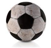 Fußball, Klassiker, schmutziges und verwendet - klassischer Fußballball - benutzter und schmutziger klassischer Fußball in weißem lizenzfreies stockfoto