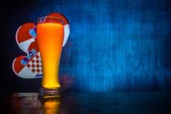Fußball 2018 Kreatives Konzept Einzelnes Bierglas mit Bier auf tischfertigem zu trinken Stützen Sie Ihr Land mit Bierkonzept ause Lizenzfreie Stockbilder