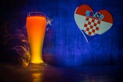 Fußball 2018 Kreatives Konzept Einzelnes Bierglas mit Bier auf tischfertigem zu trinken Stützen Sie Ihr Land mit Bierkonzept ause Stockfotografie