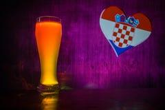 Fußball 2018 Kreatives Konzept Einzelnes Bierglas mit Bier auf tischfertigem zu trinken Stützen Sie Ihr Land mit Bierkonzept ause Stockfoto