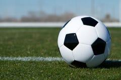 Fußball-Kugel auf dem Feld Stockbild