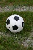 Fußball-Kugel auf Feld Lizenzfreie Stockbilder