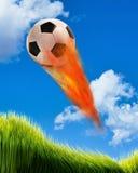 Fußball-Kugel auf Feuer Stockbild