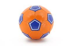 Fußball-Kugel (orange und blau) - getrennt auf Weiß Lizenzfreies Stockbild