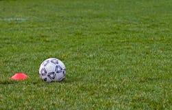 Fußball-Kugel und Halterung Stockbilder