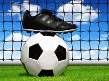 Fußball-Kugel und Schuhe Stockfotos