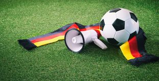 Fußball mit deutschem Fanschal und -megaphon Stockfotografie