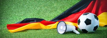 Fußball mit deutscher Flagge und Megaphon Lizenzfreie Stockfotos