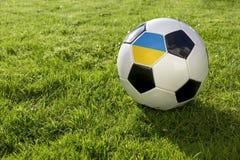 Fußball mit Flagge lizenzfreies stockbild