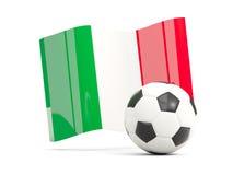 Fußball mit wellenartig bewegender Flagge von Italien lokalisierte auf Weiß Stockbilder