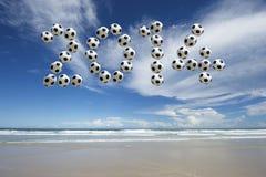 Fußball-Mitteilung 2014 auf Brasilien-Strand Stockfotografie