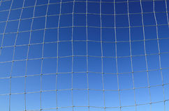 Fußball-Nettohintergrund mit blauem Himmel Stockfotografie