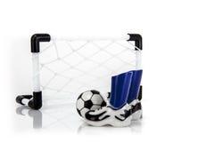 Fußball-Netz mit Stiefeln und Ball Stockfoto