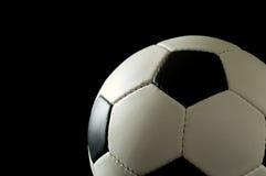 Fußball oder Fußball auf Schwarzem Lizenzfreies Stockbild