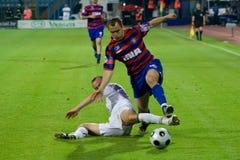 Fußball- oder Fußballspieler im Duell Lizenzfreie Stockfotografie