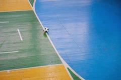 Fußball oder futsal Stadion mit einem hellen Aufschlag des Spielfelds und des Balls in der Mitte Beschneidungspfad eingeschlossen lizenzfreies stockbild