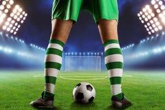Fußball-Spieler auf dem Fußballplatz stockfoto