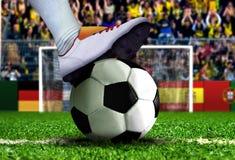 Fußball-Spieler, der zum Strafstoß fertig wird Stockfotografie