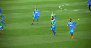 Fußball-Spieler, die den Ball auf Vor-Spiel treten stock video