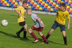 Fußball-Fußball-Spieler-Kampf Lizenzfreie Stockfotografie