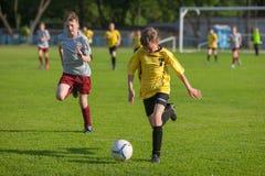 Fußball-Fußball-Spieler-Kampf Lizenzfreie Stockbilder