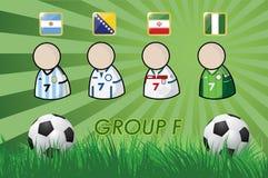 Fußball-Spieler und Flaggen für Meisterschaft 2014 auf Grashintergrund und -Fußball stock abbildung