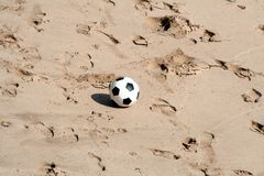 Fußball am Strand Lizenzfreie Stockfotos