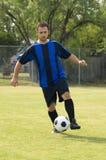 Fußball - tröpfelnder Fußball-Spieler Lizenzfreie Stockfotografie