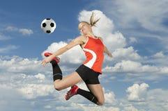 Fußball tritt innen mitten in der Luft Stockfoto