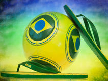 Fußball und Flipflops mit Brasilien-Flagge Lizenzfreie Stockfotos