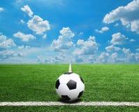 Fußball und Fußballplatz bedecken Hintergrund des blauen Himmels des Stadions mit Gras Stockfoto