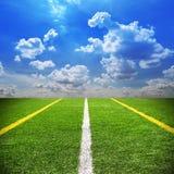 Fußball und Fußballplatz bedecken Hintergrund des blauen Himmels des Stadions mit Gras Stockbilder