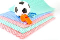 Fußball und Pfeife auf den Farbservietten Lizenzfreie Stockbilder