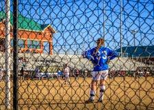 Fußball-weiblicher Tormann durch Messgerät-Zaun Stockbild