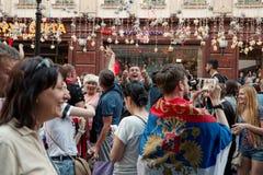 Fußball-Weltmeisterschaft 2018 Fans passen das Russisch-Spanien-Fußballspiel auf Lizenzfreies Stockbild