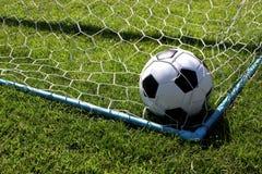 Fußball am Ziel lizenzfreie stockfotos