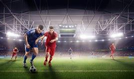 Fußballaktion auf Arena des Sports 3d reifer Spielerkampf für den Ball Lizenzfreies Stockfoto