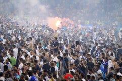 Fußballanhänger laufen heraus in die Neigung Stockfotografie