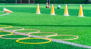 FußballAusbildungsanlageen auf grünem Fußballtrainingsfeld im Freien lizenzfreies stockbild
